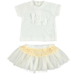 Chic t-shirt and tulle skirt outfit CREAM